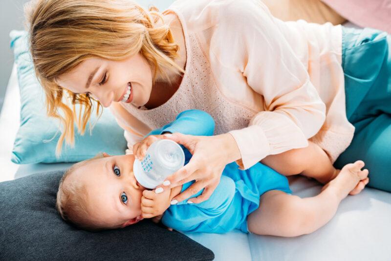 Czy i kiedy do diety niemowląt warto włączyć mleko następne