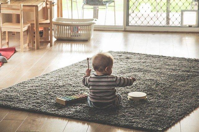 Zabawki dla dzieci w wieku 12-18 miesięcy – jak wybrać prezent?